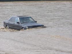 У Чернівцях відпочиваючи втопили автомобіль [ФОТО]