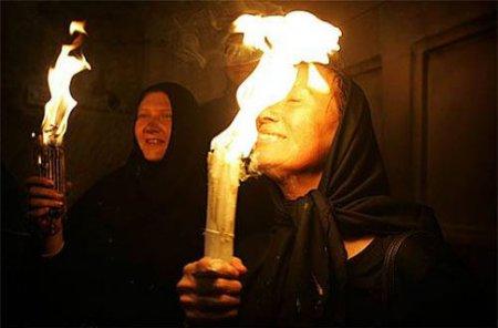В Иерусалиме зажегся Благодатный огонь, его везут в Киев