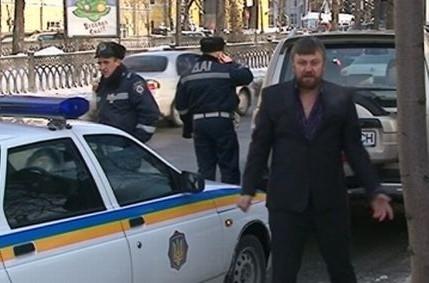 Натовпи людей йдуть на сповідь до священика, який п'яним гасав по Києву і кидався з кулаками на даішників