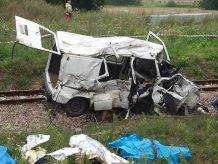 Аварія у Польщі: поїзд 30 метрів тягнув мікроавтобус з українцями по коліях