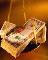 Українці масово переводять валютні депозити в гривневі