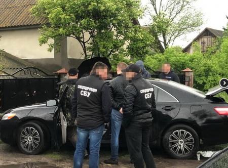 На Хмельниччині викритому на хабарі податківцю оголошено про підозру