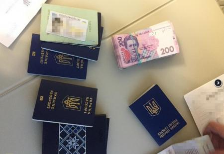 Через Львівську митницю ДФС в Україну ввозились великі партії брендового одягу за підробленими документами