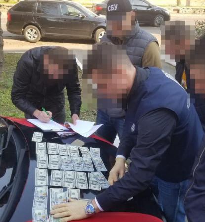 «Абонемент» на ведення бізнесу: на Закарпатті керівники райвідділу поліції вимагали хабарі з комерсанта